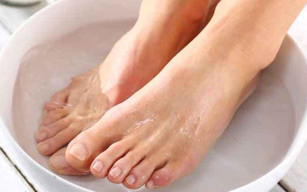 فوائد وضع القدمين في الماء الساخن والملح والخل