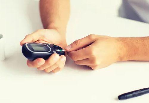 أعراض مرض السكر النوع الثاني والاول المبكرة للانثي وعند الشباب ومتي تظهر