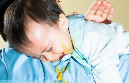 علاج الترجيع عند الاطفال في المنزل