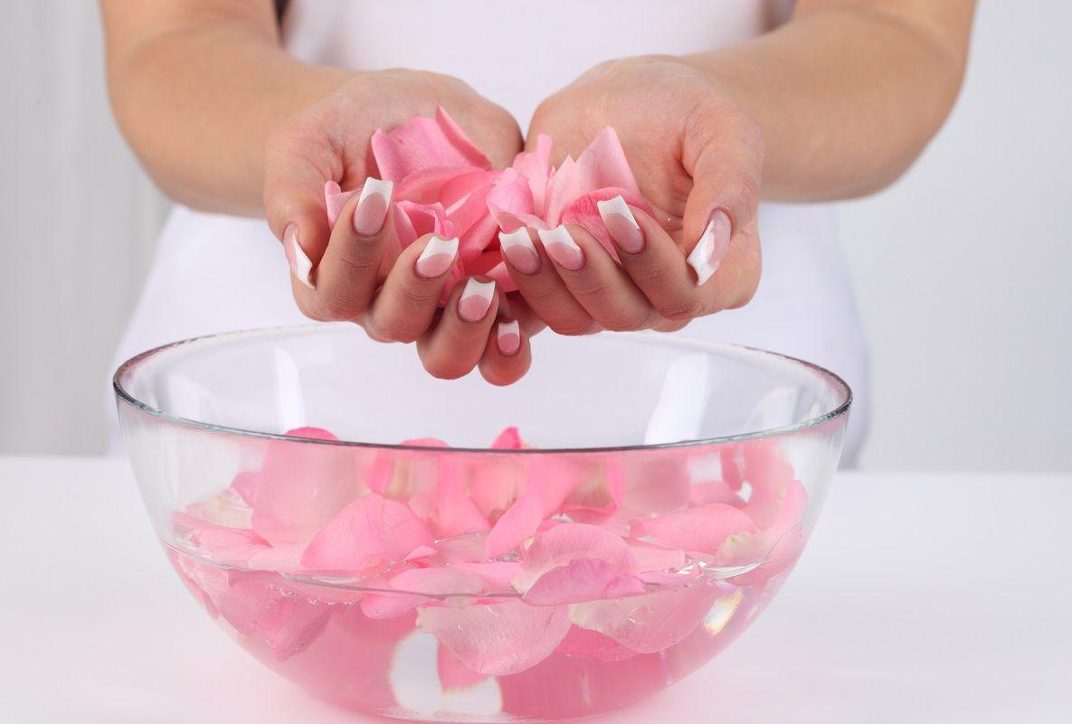 فوائد ماء الورد للبشرة الدهنية