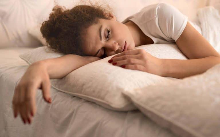 اسباب النوم الكثير والخمول المفاجئ وطرق العلاج