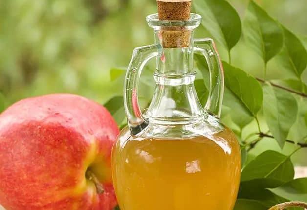 خل التفاح لتفتيح البشرة الدهنية